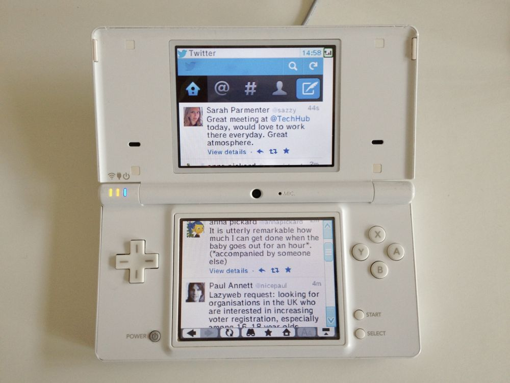 Photo of the Twitter website on the DSi